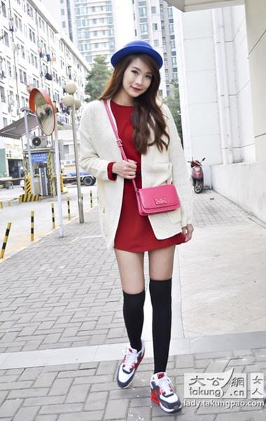 酒红色连衣裙外搭白色针织衫