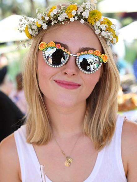 你好!夏天 花朵丝巾装点发型