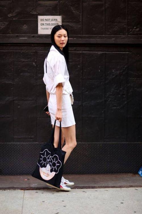 说明: D:\猫主编\文\0922\小皮衣的搭配\Kim Sung Hee白衬衫.jpg