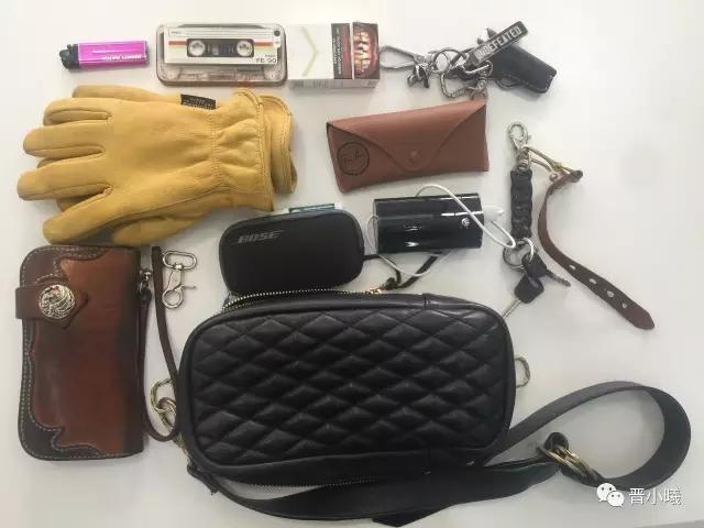 美金一打,人民币一牛皮纸袋,零钱53块7,烟斗,烟,钢笔,笔记本电脑,墨镜