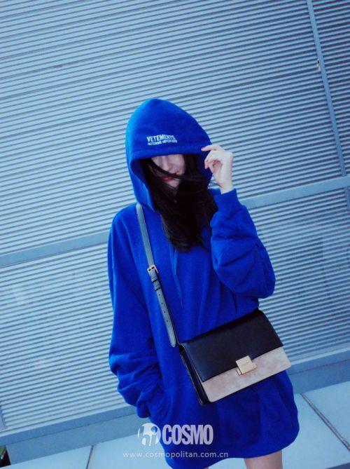 杨幂肩挎Saint Laurent包袋
